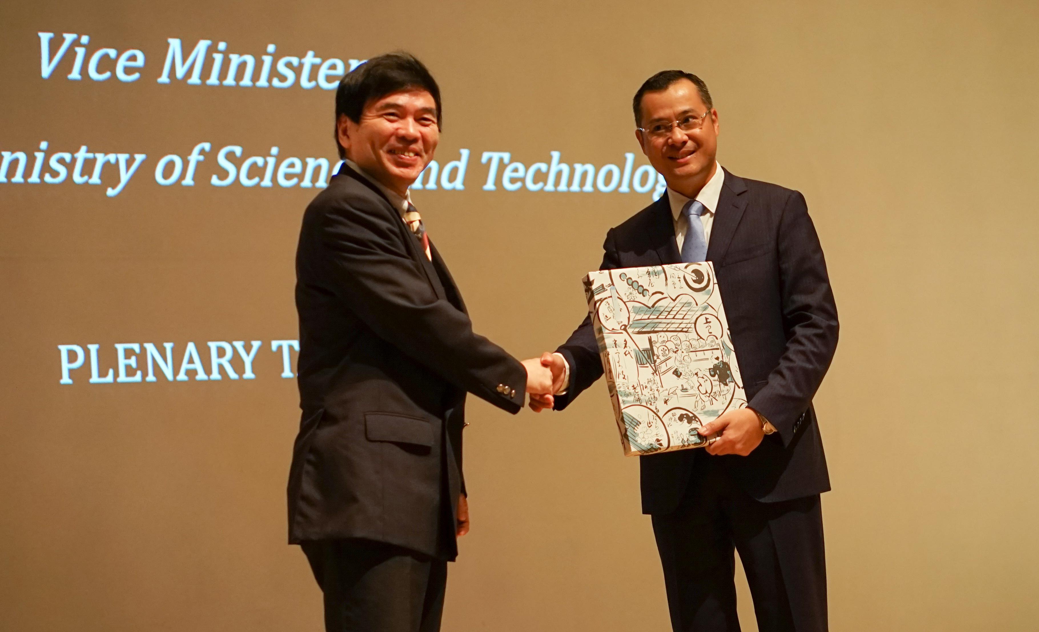 Thứ trưởng Phạm Đại Dương và GS Murakami trao đổi quà lưu niệm