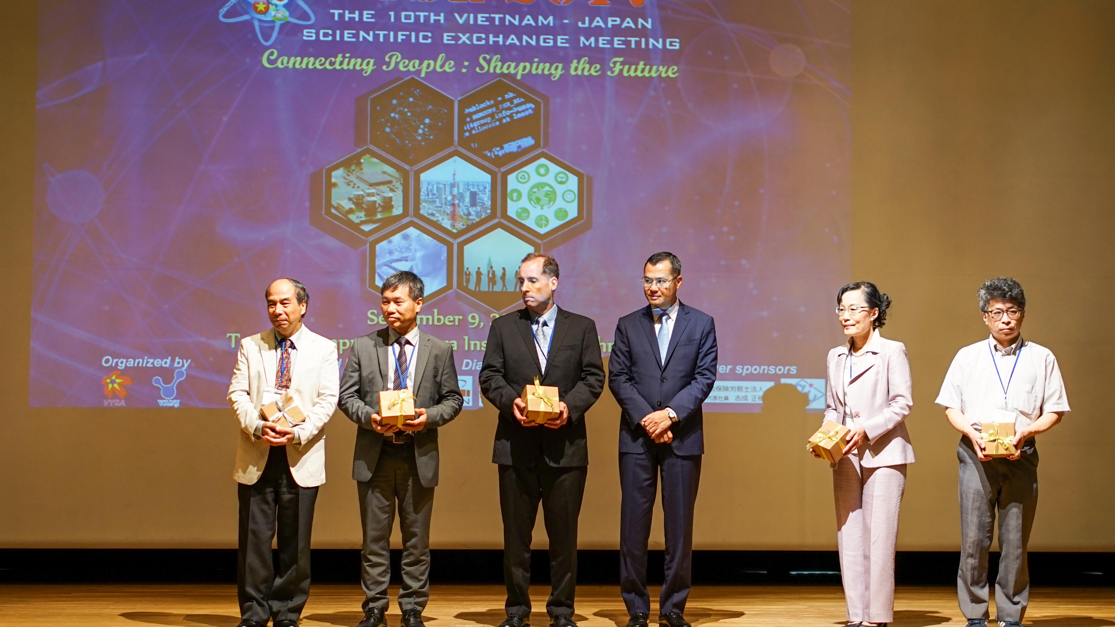 Thứ trưởng Phạm Đại Dương tặng quà lưu niệm cho các keynote speaker