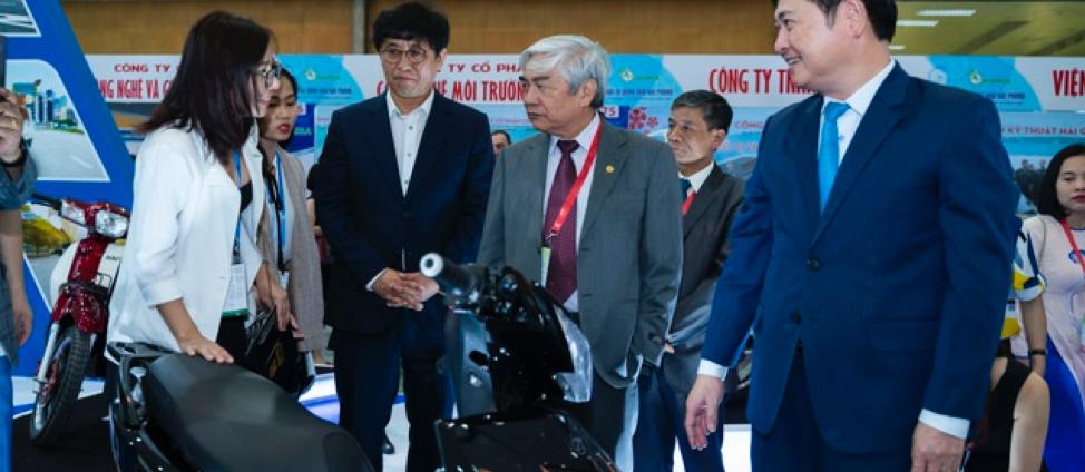 TS. Nguyễn Quân, Nguyên Bộ trưởng Bộ KHCN, Chủ tịch Hội tự động hóa Việt Nam tham quan gian hàng trưng bày sản phẩm của các doanh nghiệp tham dự triển lãm.