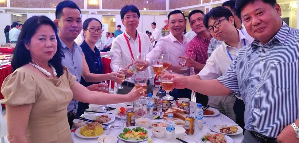 Nhóm các nhà tài trợ chính cho VCCA'2019 với chủ tịch hội là ông Kiều Gia Hạnh (Giữa) – Công ty CP Hệ thống Công nghiệp Á Long.