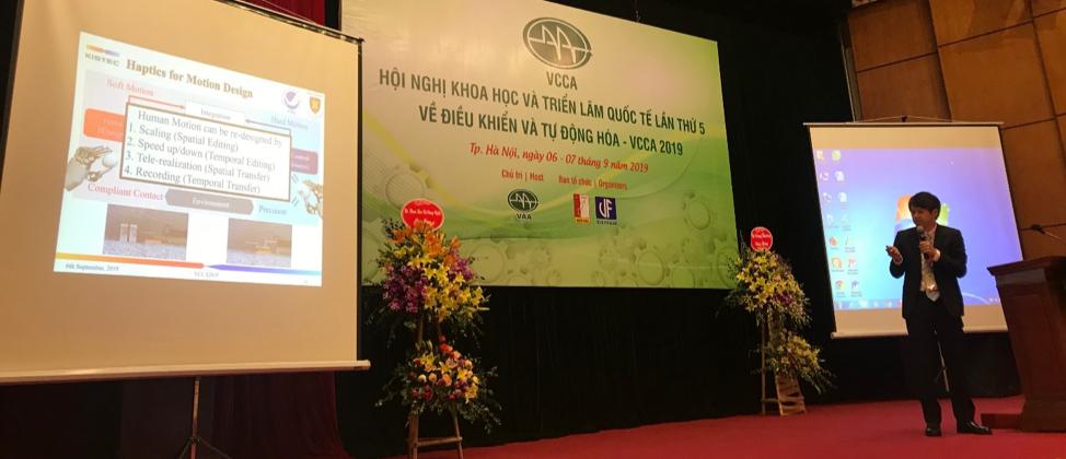 Prof. Shimono – Japan trình bày tại phiên toàn thể về Ứng dụng khoa học công nghệ trong lĩnh vực y tế.